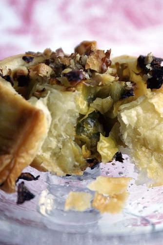 girelle di pasta sfoglia ripiene di cavoletti di Bruxelles, zenzero e noci