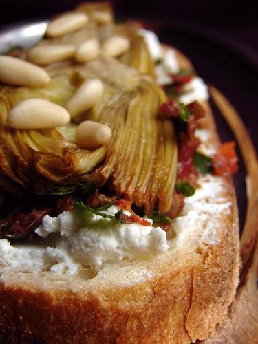 Bruschetta con carciofi, olive, pomodori secchi e caprino