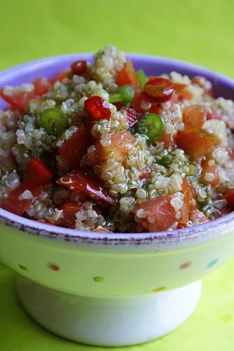 Insalata di pomodori con quinoa, peperoncino fresco e olio di origano