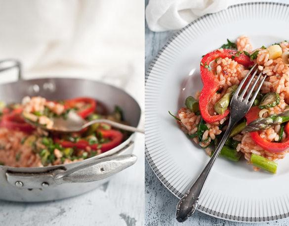 Risotto al pomodoro con peperoni rossi zucchine porri e asparagi