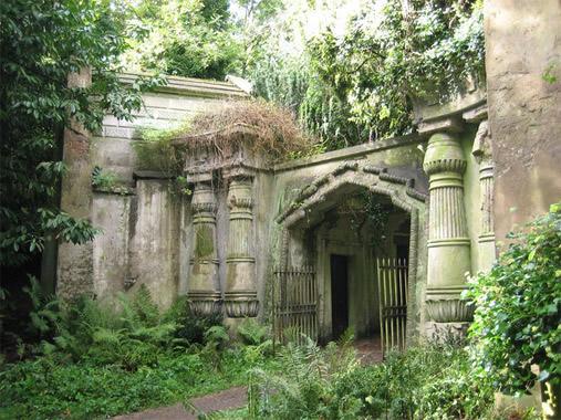 Londra | Cimitero di Highgate | vi sono sepolti Karl Marx e lo scrittore Douglas Adams; negli anni 70 diventa location per film horror e presunti cacciatori di vampiri andavano a cercare i non-morti