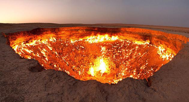 Turkmenistan | Le porte dell'inferno | fornace di 100m di larghezza, attiva dal 1971 a causa di un errore industriale