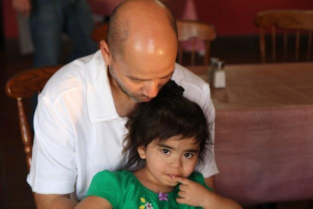 Francisco Martinez de La Cocina de Gabby con sua figlia Ashley