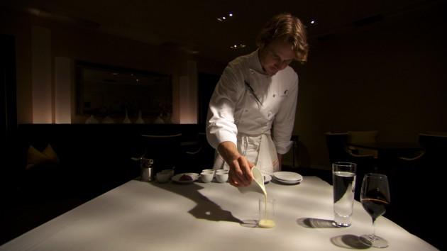 Grant Achaz, chef e proprietario del ristorante Alinea di Chicago, tre stelle Michelin nel 2011 e nel 2012