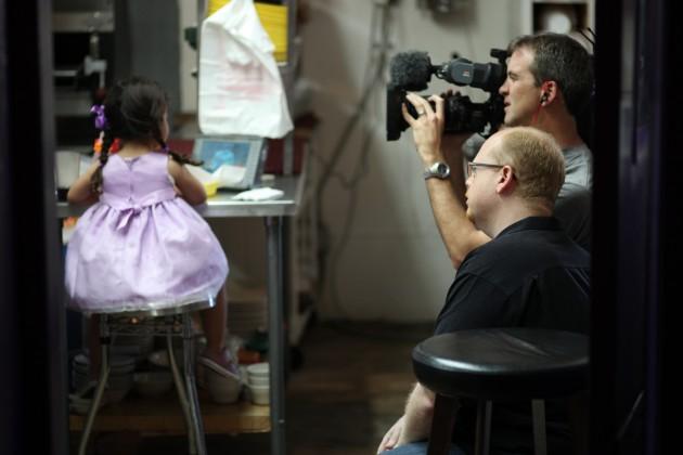 Il regista Joseph Levy e l'operatore Erin Harvey mentre filmano la famiglia Martinez