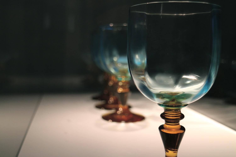 «Per Bacchelli, lo scrittore, solo in occasione delle sue venute Giorgio chiedeva di usare 'quei bellissimi bicchieri' tenuti in mostra nella vetrina del salotto... bicchieri di vetro veneziano dell'Ottocento. Il piede e lo stelo di una leggera tonalità ambrata, la coppa, sottilissima, quasi una bolla d'aria, sfumata in un colore speciale verde azzurro che risalta il colore dei vini bianchi di Romagna, il loro frizzare.» — Maria Teresa Morandi