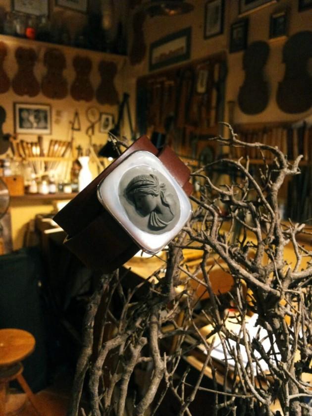 da Beyond Black c/o il liutaio Michel Eggimann - bracciale con pelle cammeo di vulcanite e argento: Anna Porcu; installazione olfattiva profumata di Luce fragranza: Meo Fusciuni