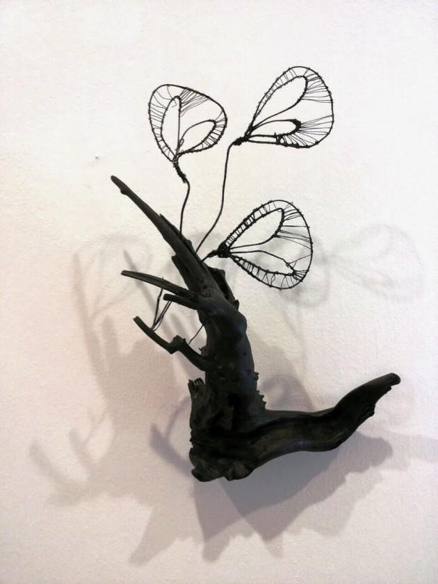 dettaglio dell' installazione site-specific di Olga Pong, fatta di rami, tulle, filo di cotone e seta e marabù