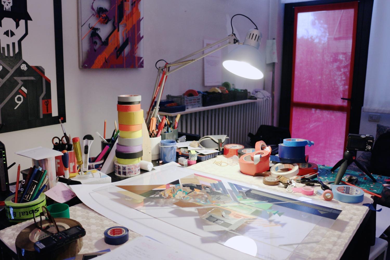 Uno dei tavoli di lavoro nel suo studio