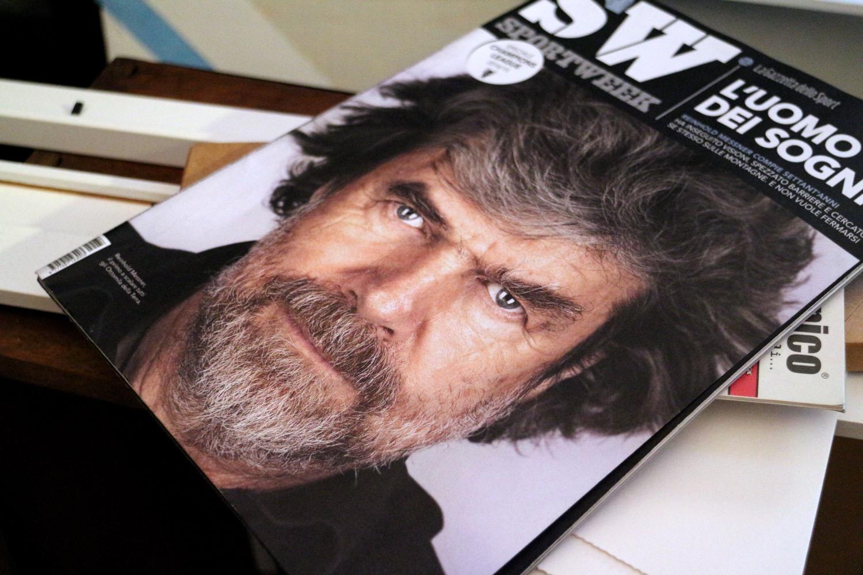 Quando sono andato a incontrarlo No Curves stava lavorando anche al ritratto di Messner. Ne aveva fatte diverse versioni e quando, a un certo punto, siamo usciti a berci un caffè, al bar c'era Sport Week, il magazine della Gazzetta dello Sport, che in copertina aveva proprio lui, Messner. No Curves ha chiesto alla barista se poteva prendere la copia e se l'è portata a casa, continuando a buttarci un'occhio, di tanto in tanto, per tutto il tempo della nostra conversazione