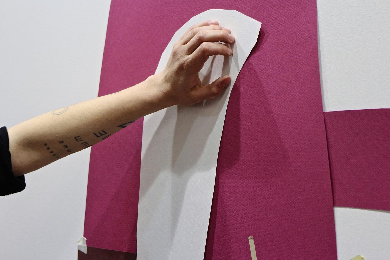 Fulvia al lavoro, assieme a Gio Pastori, su un collage di grandi dimensioni