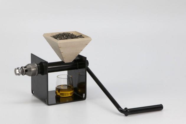 """""""Oil Production"""", di Sofia Olsson. È una piccola macina per estrarre da soli gli olii delle piante e dei semi"""