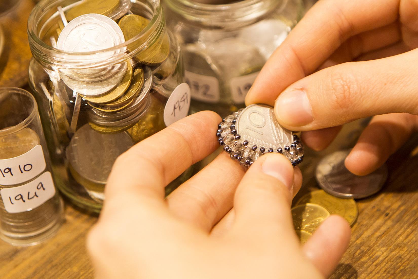 """I gioielli """"Non vale una Lira"""", realizzati con monete ormai fuori corso; si può cercare il proprio anno preferito e usarli come portafortuna"""