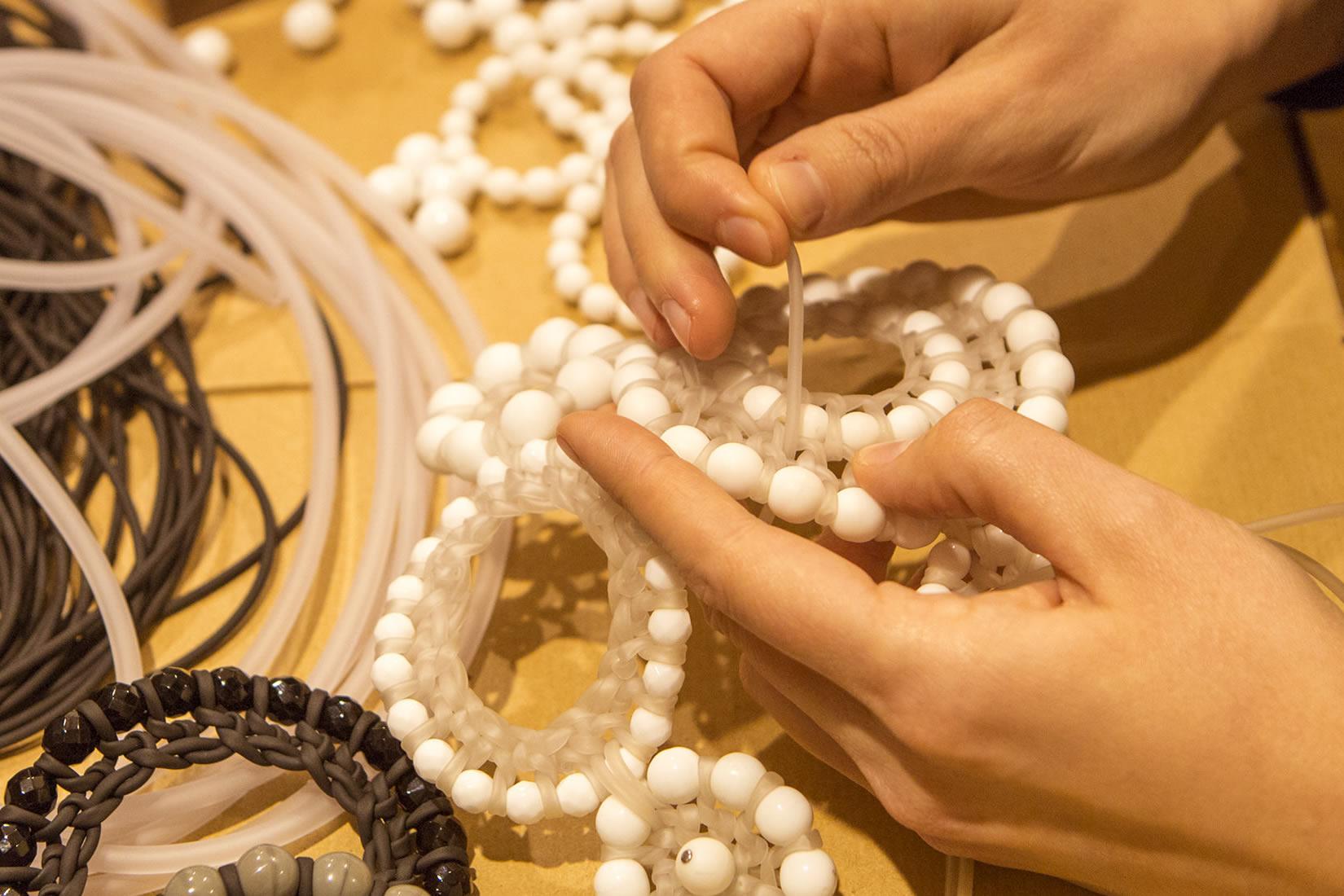 """La linea """"No-Do"""", creata ormai più di 10 anni fa, fatta di corda, lana, cotone stoffa o PVC intrecciati attorno alle geometria perfetta del cerchio"""