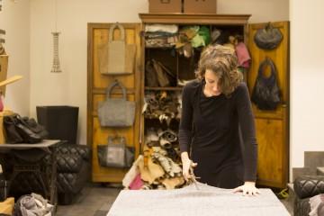 La designer Irene Ferrara al lavoro nel suo atelier