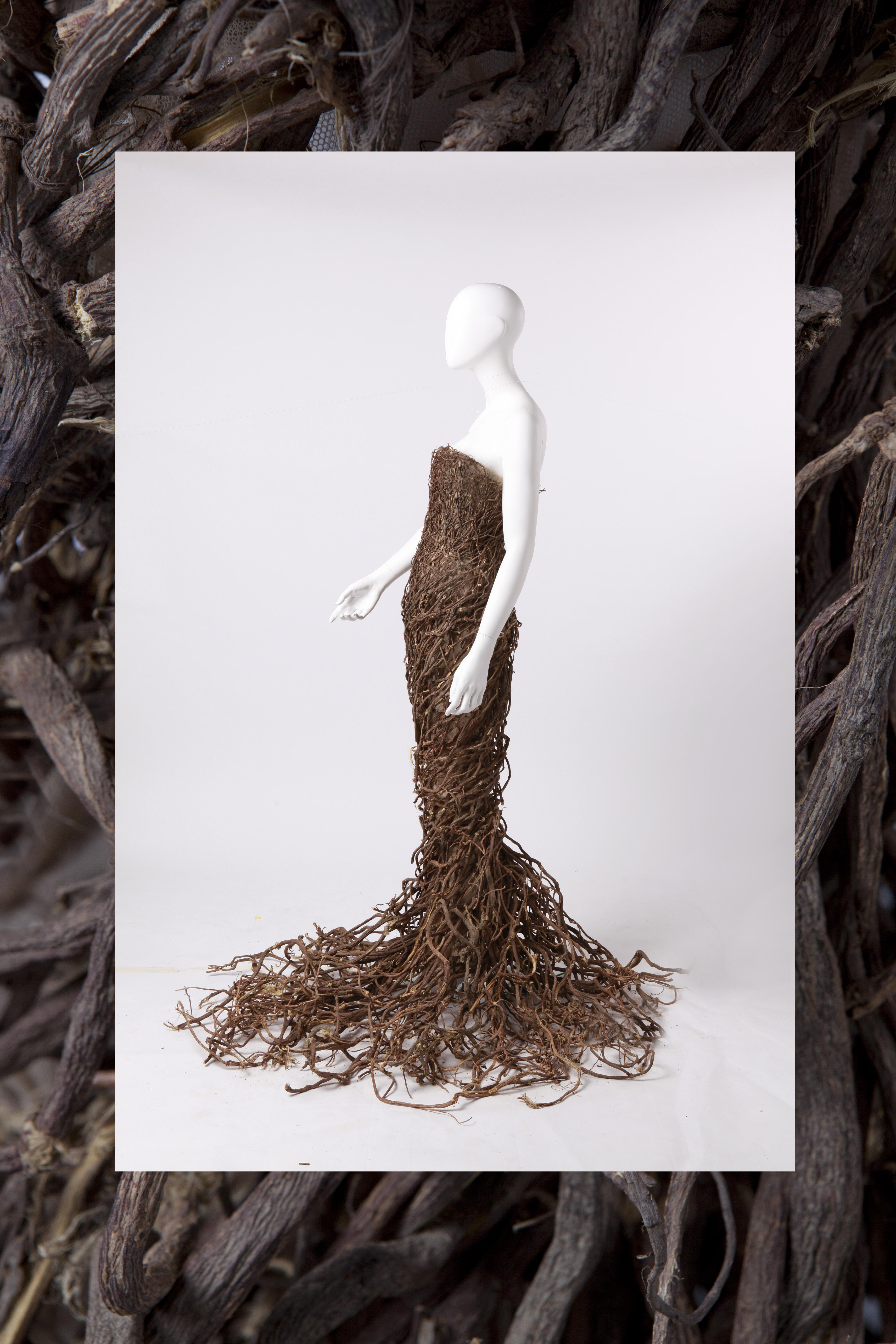 Tiziano Guardini Collezione Natural Couture 2013 Abito scultura realizzato ricamato con radici di liquirizia della ditta Amarelli.  Fa parte della personale Natural Haute Couture Courtesy Tiziano Guardini