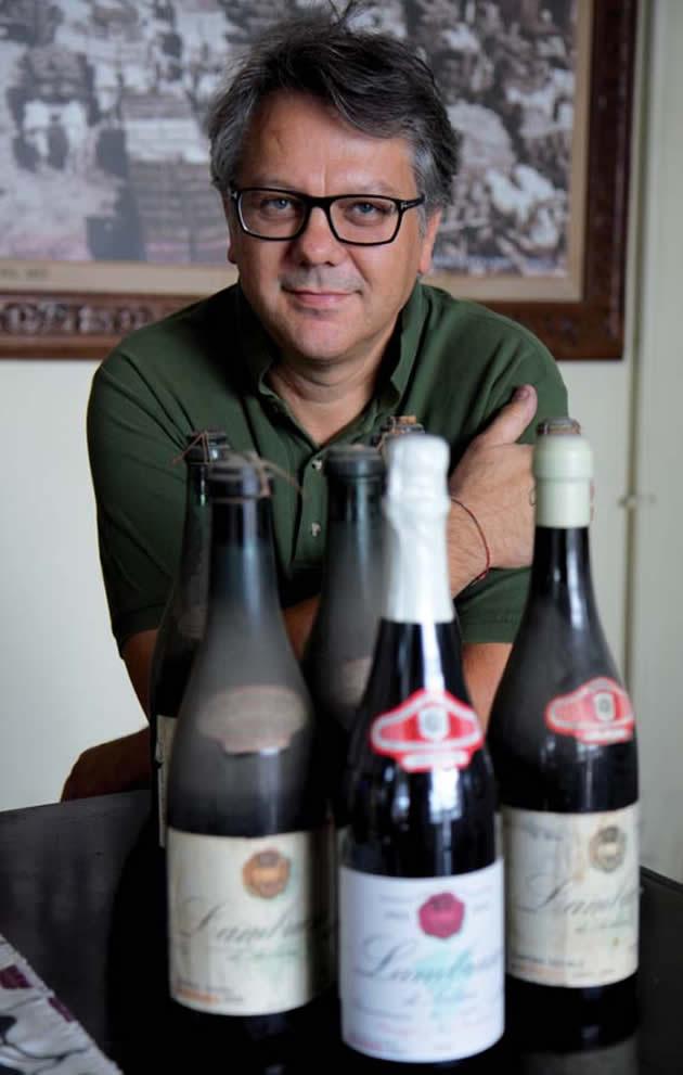 Michele Rossetto, enologo della Cantina di Carpi e Sorbara, con alcune vecchie bottiglie e una bottiglia di Friedmann