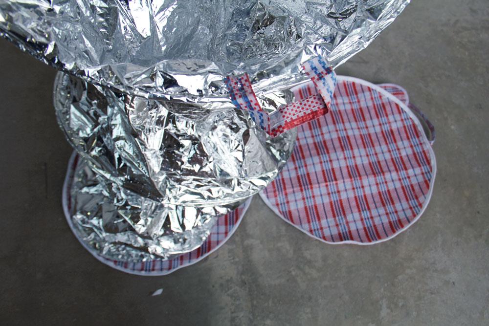 """Border Crossing, """"Stowaway Luggage Set"""",  le proprietà del materiale con cui vengono realizzate le coperte termiche permettono di schermare la radiazione emessa dalle termocamere polizia per scandagliare l'interno del camion"""