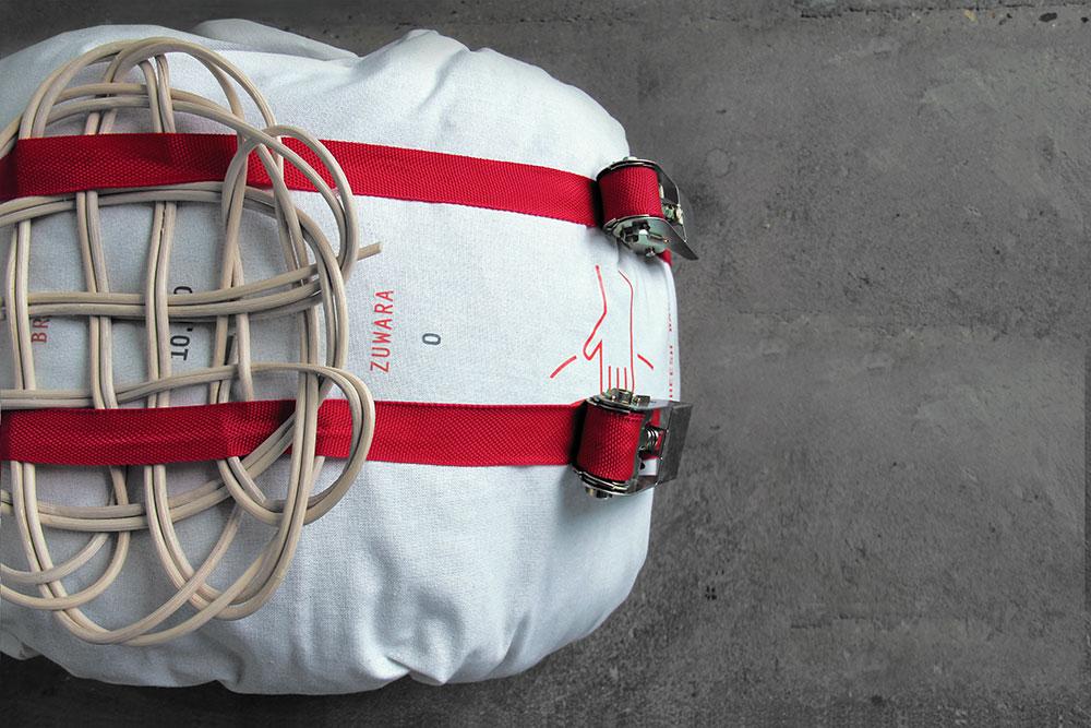 """Border Crossing, """"Bakshees Bag"""", borsa realizzata con sacchi di riso, piena di oggetti personali da offrire come tangente o merce di scambio per ottenere permessi per proseguire verso nord"""