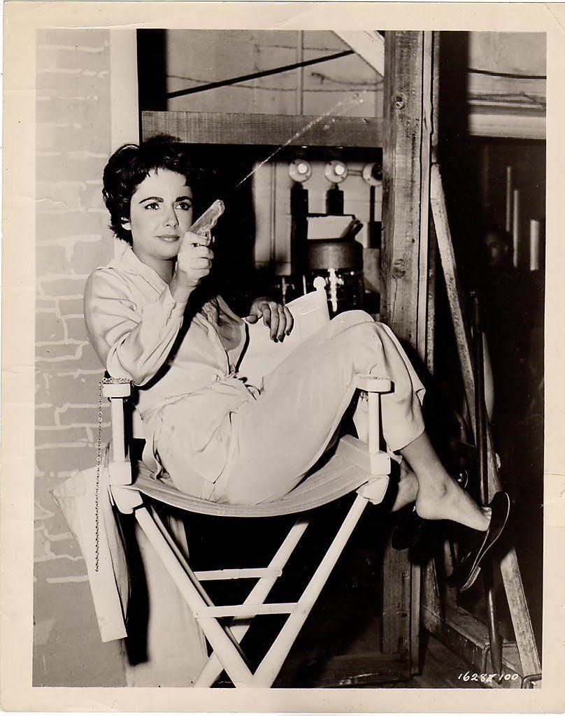 Elizabeth Taylor gioca con una pistola ad acqua sul set di Rapsodia, film di Charles Vidor del '54 con Vittorio Gassman