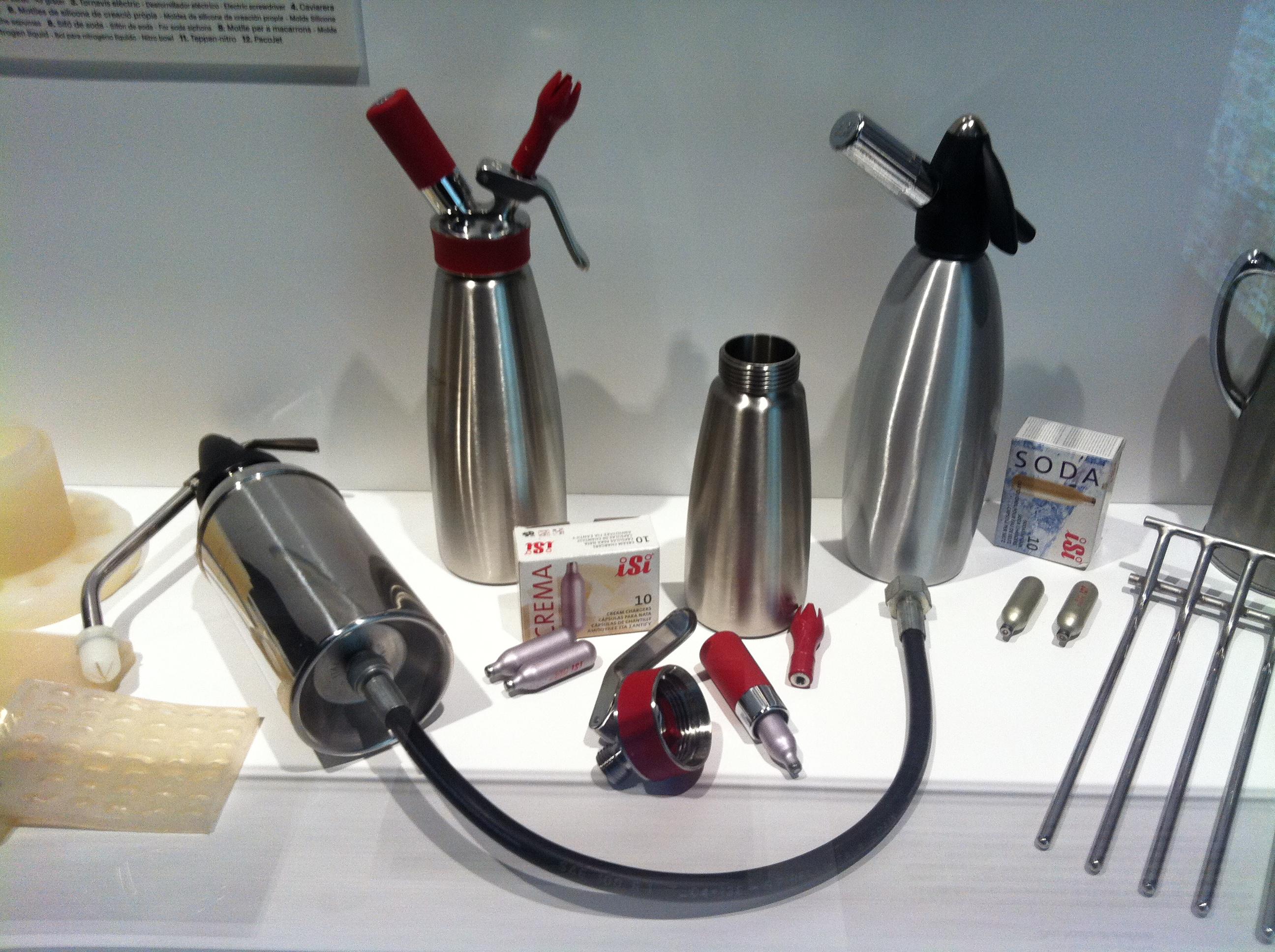 Alcuni degli strumenti utilizzati da Ferran Adria (dalla mostra dedicata allo chef catalano organizzata al Palau Robert, a Barcellona, nel 2012 - fonte: Wikimedia Commons)