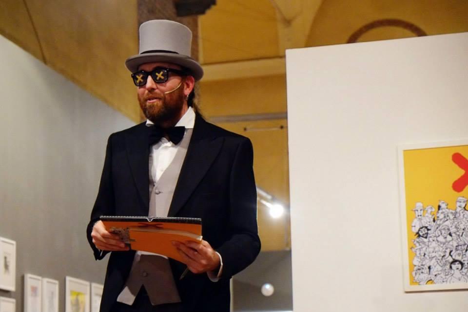 """Fabio Toninelli durante l'inaugurazione di """"X"""", la mostra legata alla presentazione del Calendario 2015 di Tapirulan (foto: Fabio Foggetti)"""