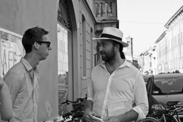 Fabio Toninelli (a destra), insieme all'illustratore Jean Jullien a Cremona, agosto 2015 (foto: Elena Baila)
