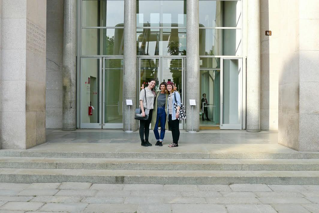 Cristina Amodeo, Gaia Stella e Ilaria Faccioli davanti alla Triennale di Milano
