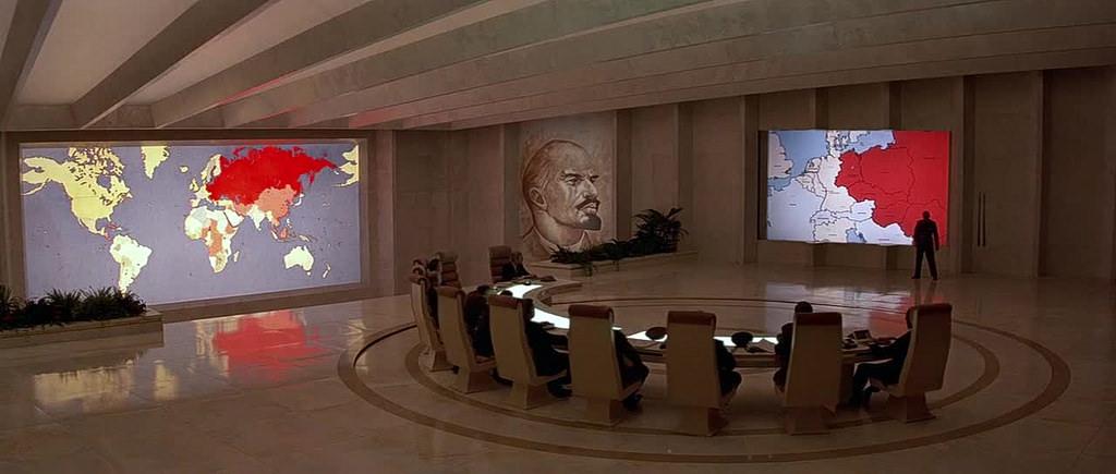 """""""Octopussy - Operazione piovra (Octopussy)"""", 1983, Roger Moore nel ruolo di James Bond, regia di john Glen, scenografia di Peter Lamont"""