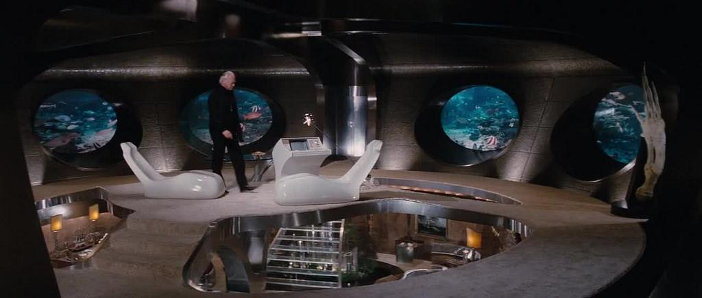 """""""La spia che mi amava (The spy who loved me)"""", 1977, Roger Moore nel ruolo di James Bond, regia di Lewis Gilbert, scenografia di Ken Adam"""
