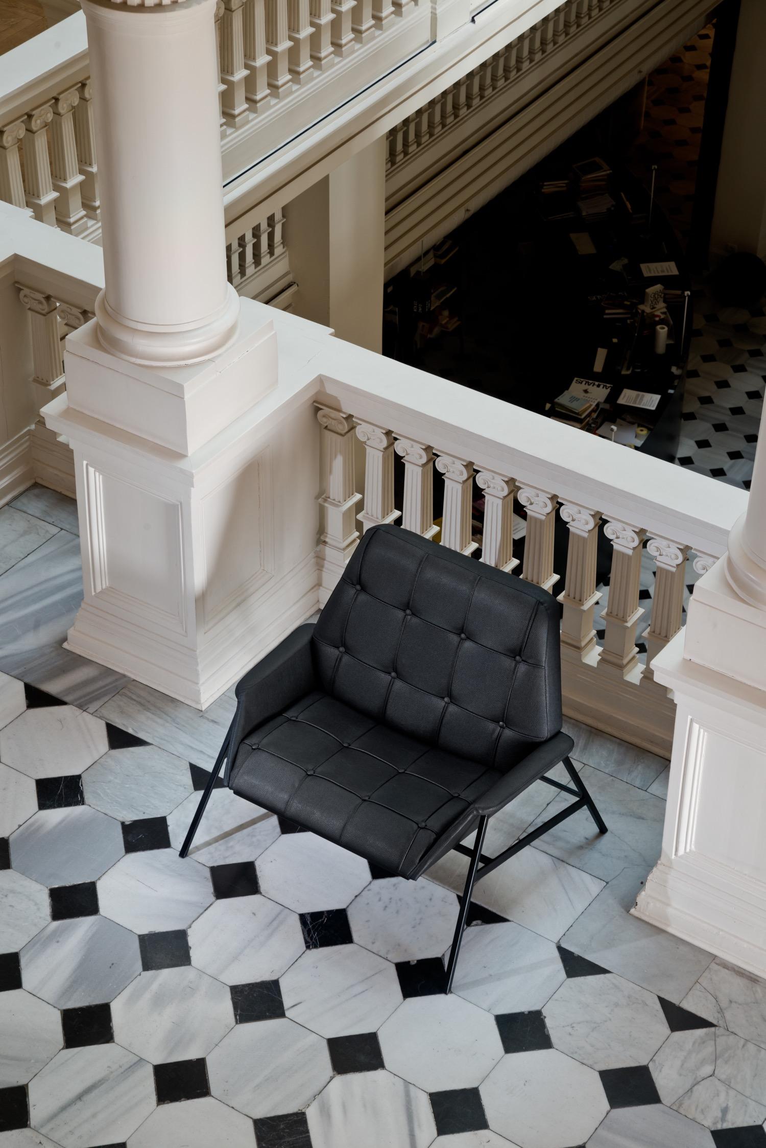 "Studio 900 Design, ""Lara Armchair"", poltrona in eco-pelle (foto: Erhan Tarlig - courtesy Studio 900 Design)"