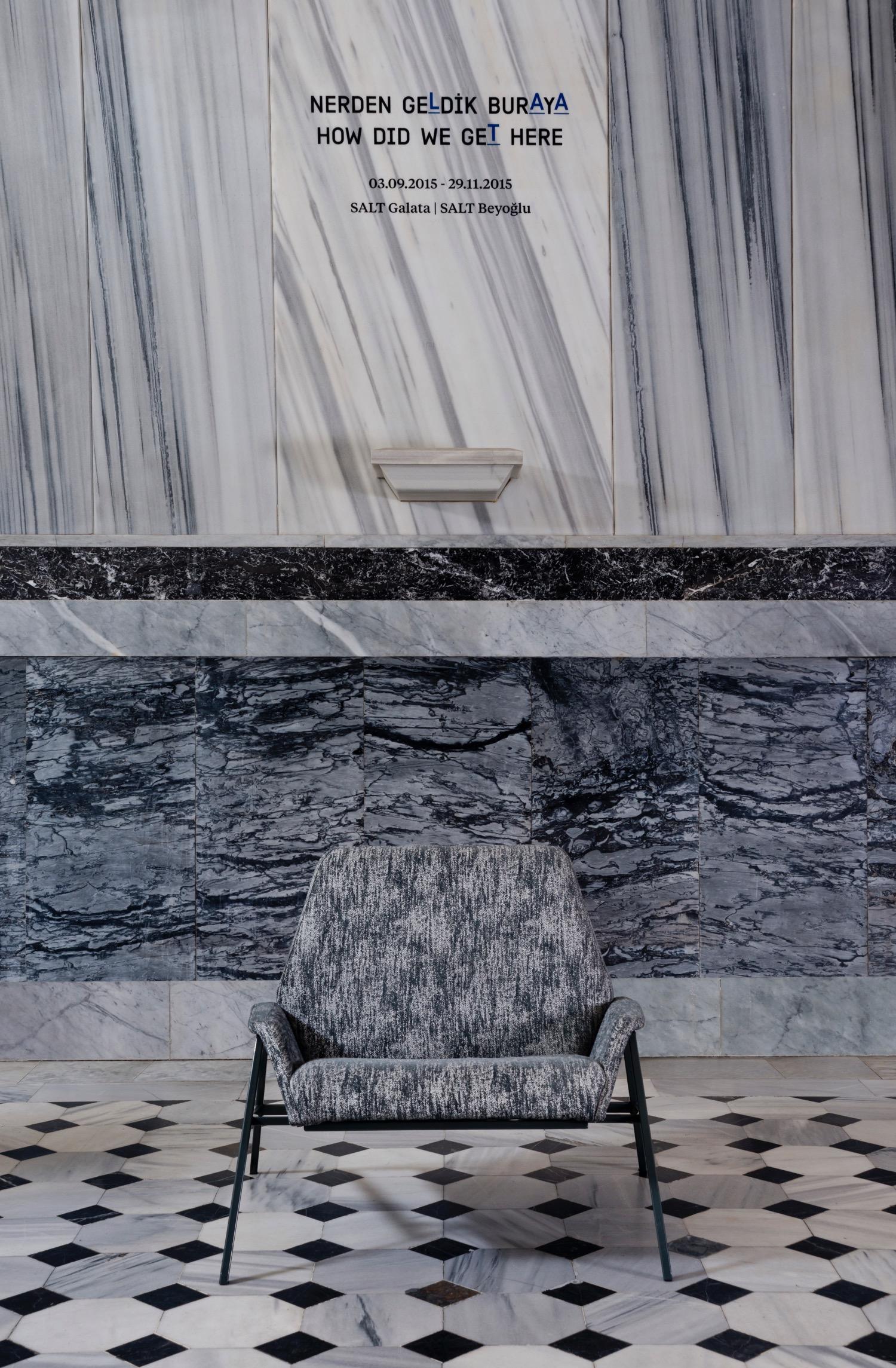 """Studio 900 Design, """"Lara Armchair"""", poltrona in tessuto bicolore intrecciato  (foto: Erhan Tarlig - courtesy Studio 900 Design)"""