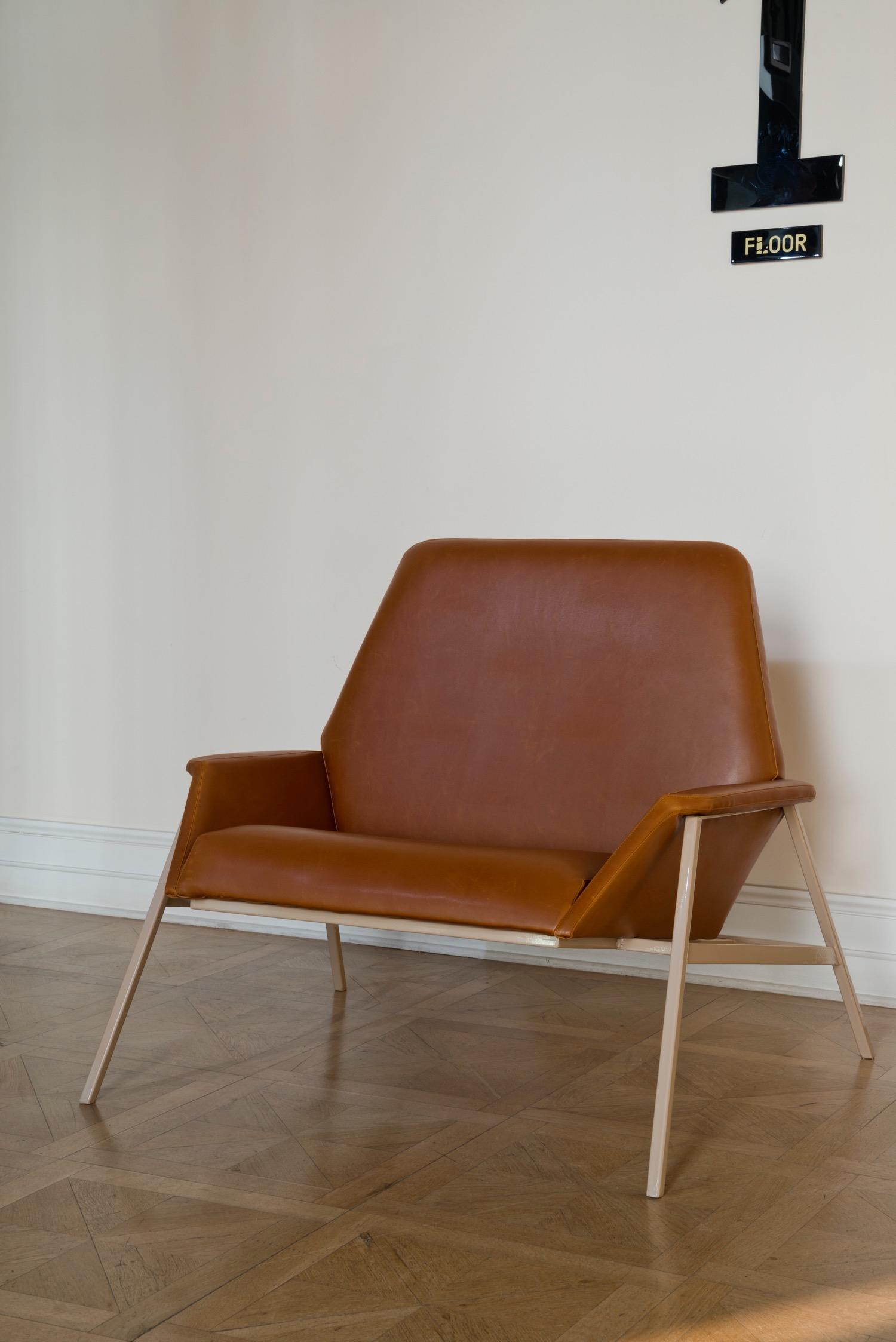 """Studio 900 Design, collezione Geometrico, """"Lara Armchair"""", poltrona in eco-pelle (foto: Erhan Tarlig - courtesy Studio 900 Design)"""