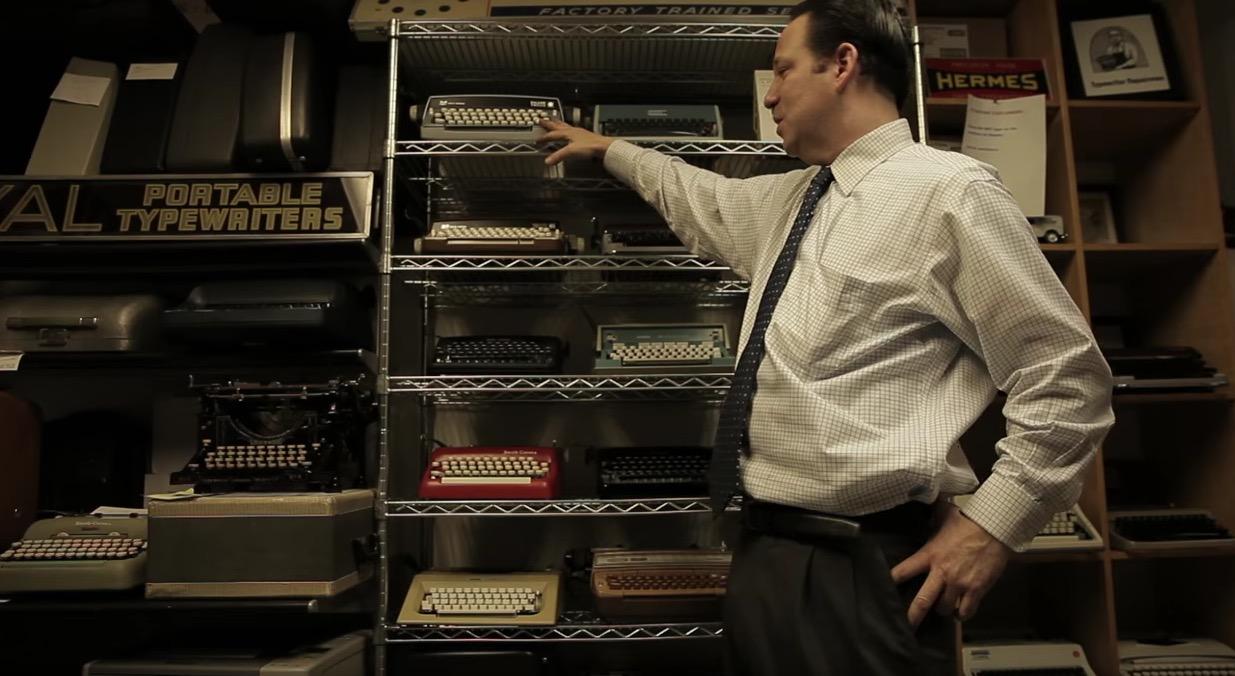 lui è Justin Schweitzer, il figlio di Paul, che mostra alcuni dei pezzi in negozio
