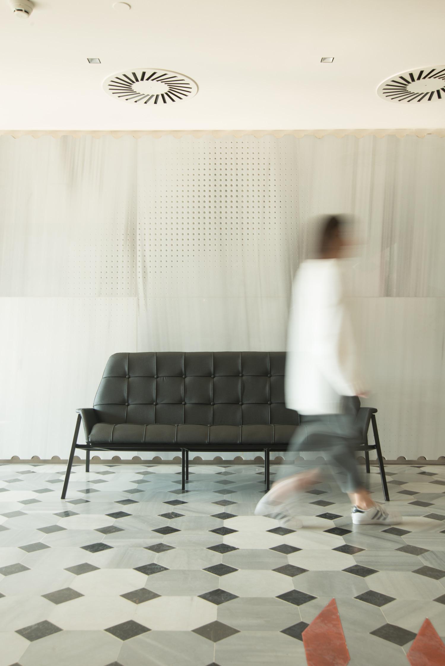 "Studio 900 Design, ""Lara Sofa"", divano in eco-pelle (foto: Erhan Tarlig - courtesy Studio 900 Design)"