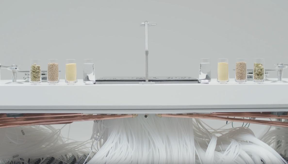 La Macchina è composta da un touch screen liquido e due turntables magnetici, su cui far girare dei vinili appositamente realizzati per l'esperimento. Lo schermo, alimentato ad acqua a ciclo continuo passante attraverso 8 km di tubi e 1800 valvole appositamente stampate, permette al Dj di controllare i due turntables e di muovere il lettore laser a sua discrezione. Il movimento del DJ sul touch screen è stato tracciato usando Leap Motion mentre alcuni dei loop e degli effetti ad essi applicati sono stati realizzati interpretando le forme generate con la tecnologia dei Cymatics.