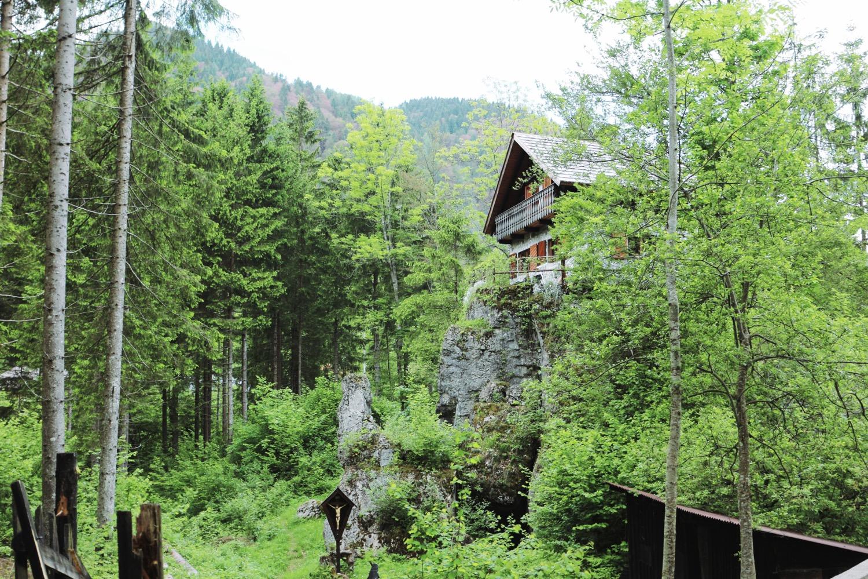 La baita costruita nel '50 dall'alpino Giorgio Vidoni su uno spuntone di roccia (foto: Simone Sbarbati)