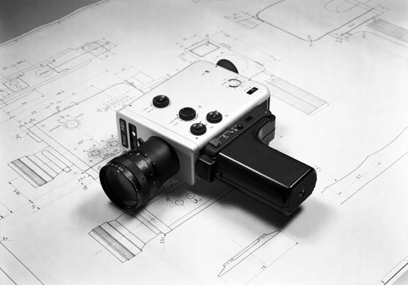 La cinepresa super 8 Braun Nizo 571, progettata da Dieter Rams, assieme ai disegni tecnici