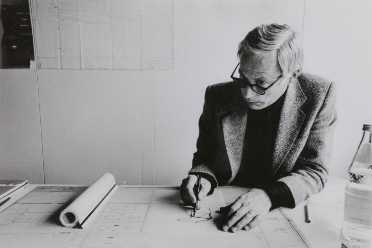 Dieter Rams nel suo ufficio presso Braun, Dieter Rams at work at Braun, negli anni '70 (foto: Abisag Tüllmann)