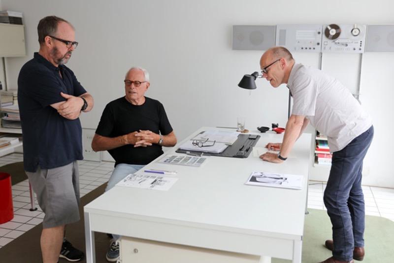 Il regista Gary Hustwit, Dieter Rams ed il designer Erik Spiekermann durante le riprese