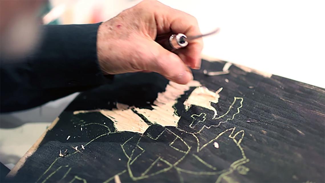 Seymour Chwast all'opera su una xilografia (il designer è mancino)