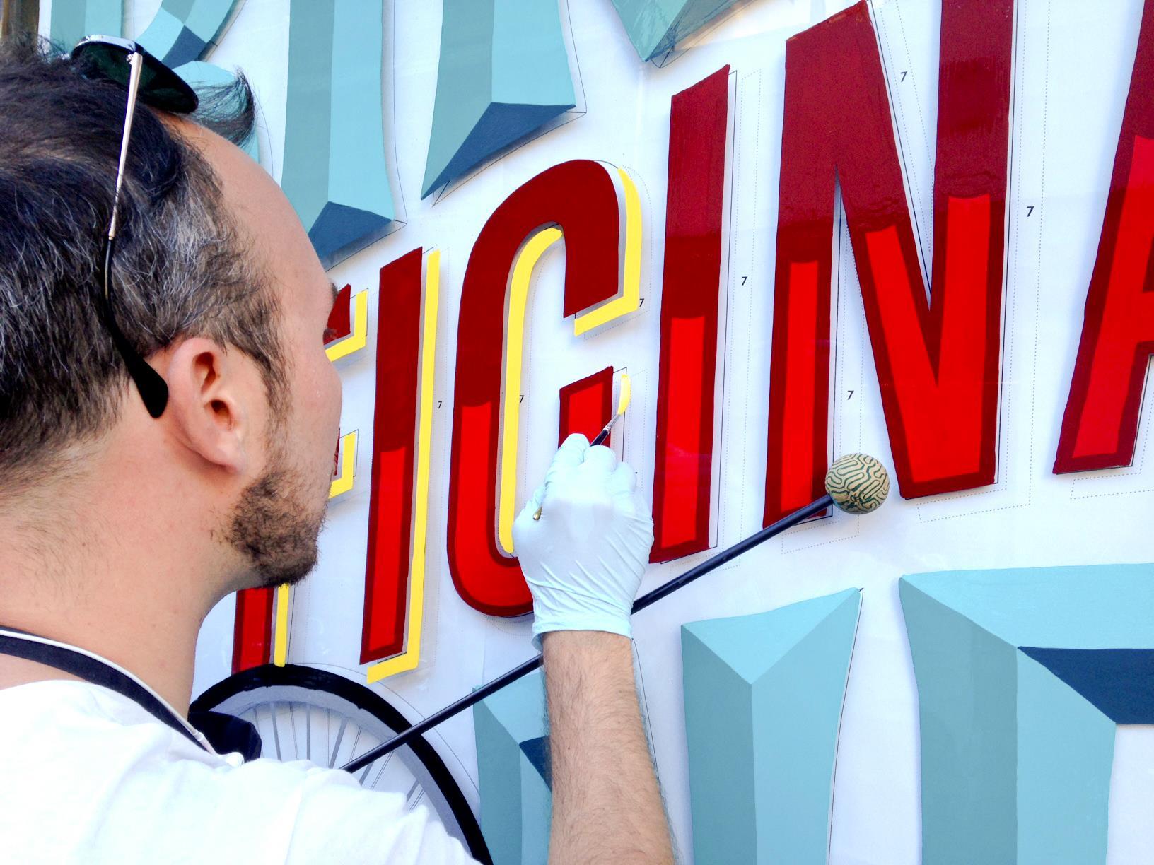 Joe Miceli di AlfaType Fonts all'opera su lettering a pennello