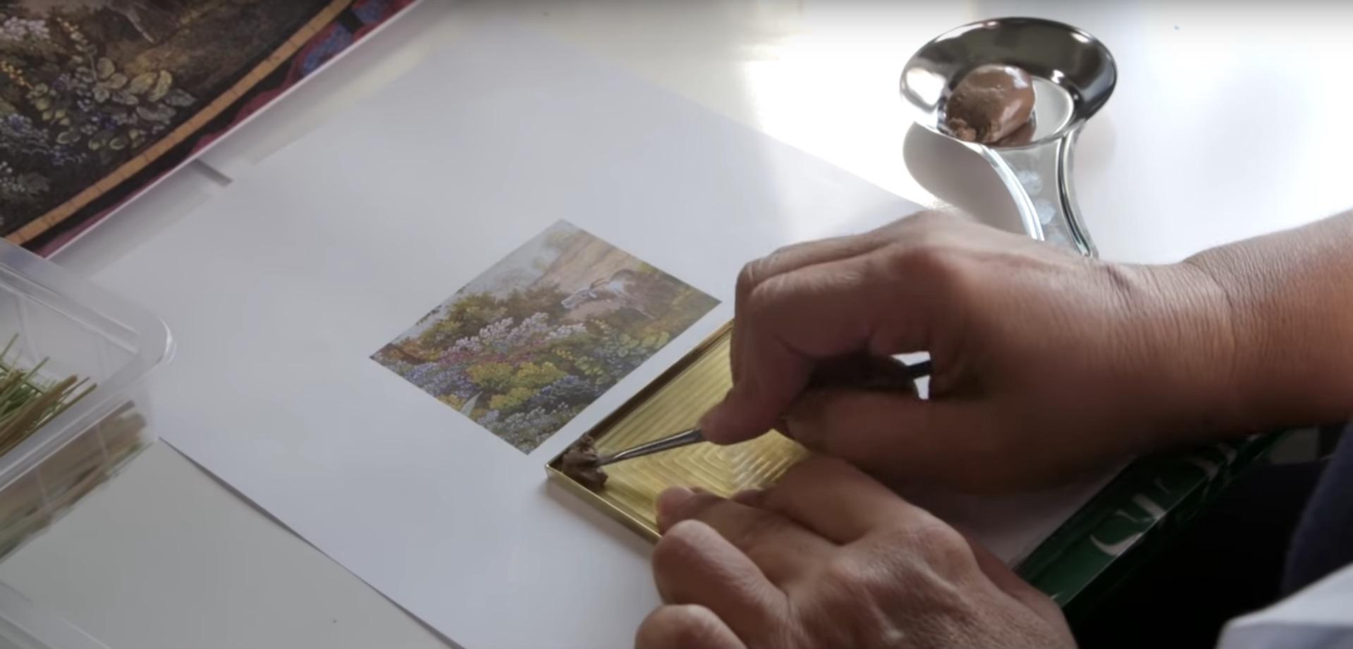 Un video mostra la lunga e complessa lavorazione di un micromosaico